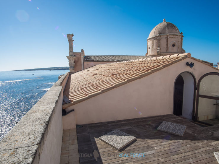 Noble eighteen-century beachfront apartment Ortigia