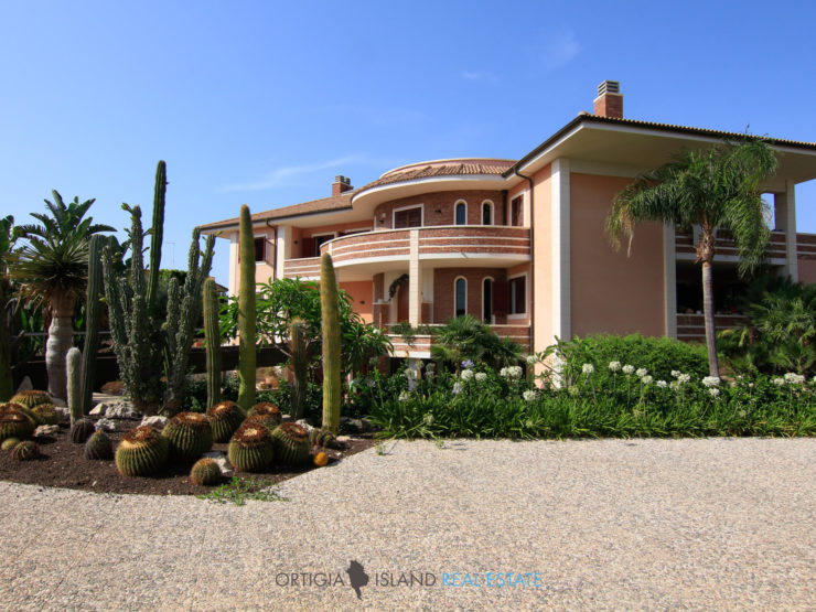 Syracuse Luxury city villa with private park