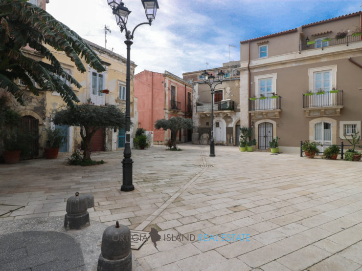 Cute self-contained three-storey cottage for sale in the heart of the Graziella quarter of Ortigia