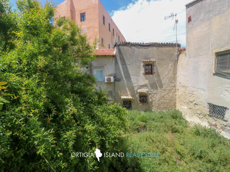 Ortigia apartment with garden