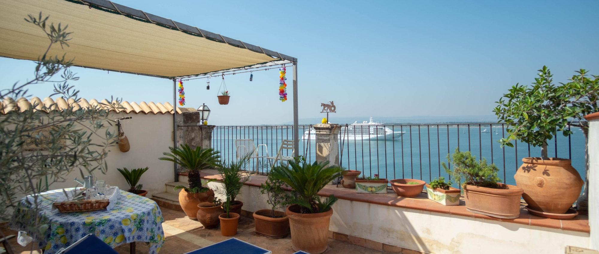 Ortigia Duomo attic with terrace on the sea for rent