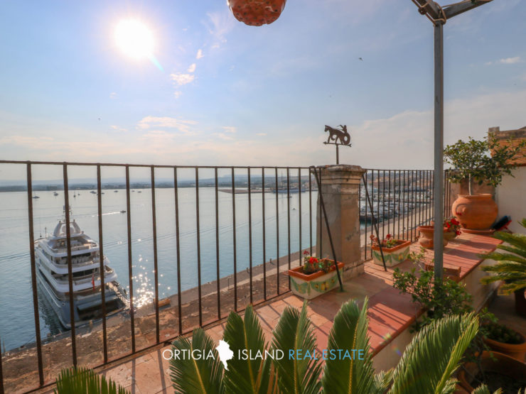 Ortigia Duomo attic with terrace on the sea for rent