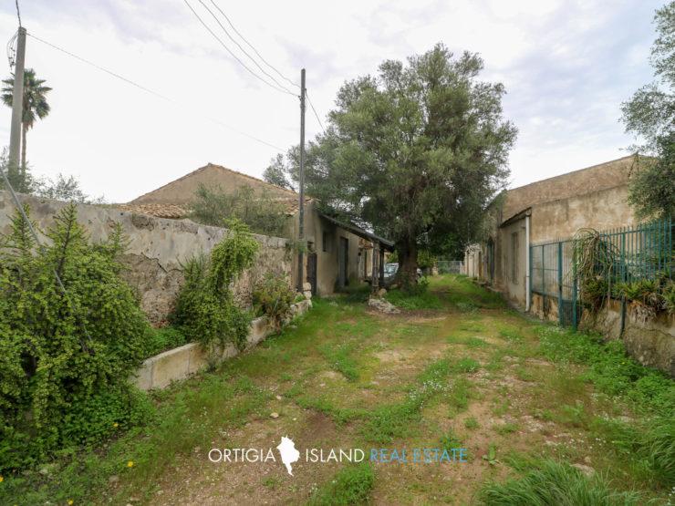 Contrada Elorina casolare con terreno in vendita