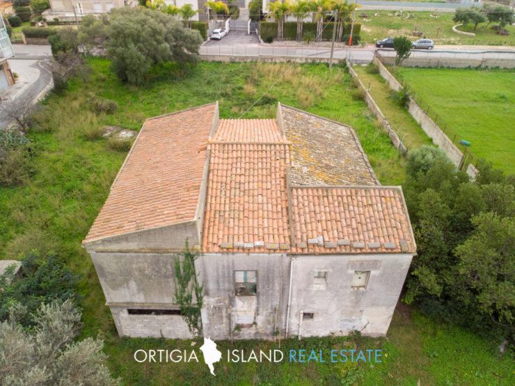 Villa con giardino da ristrutturare in vendita