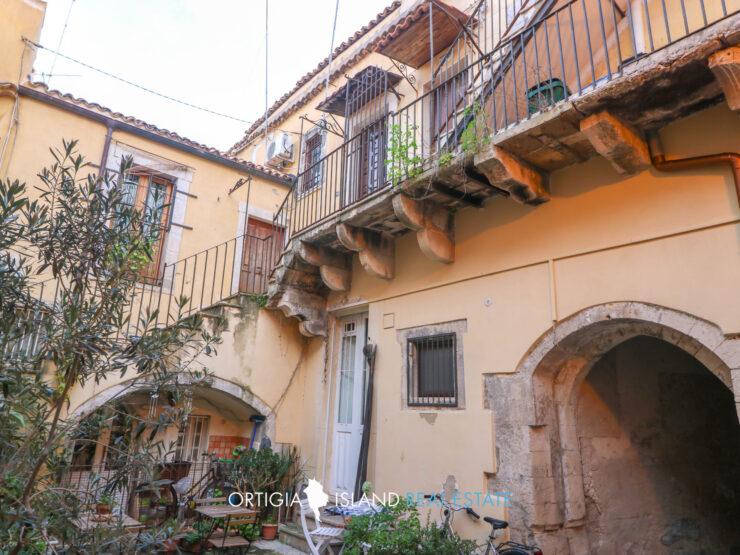 Ortigia apartment with warehouse for sale